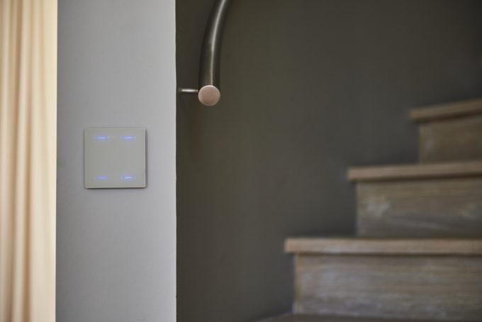bouton tactile DPBRLCD02 dans un escalier design