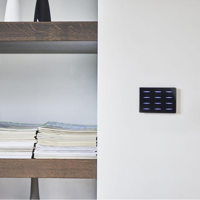 bouton design DPBR06 noir sur un mur