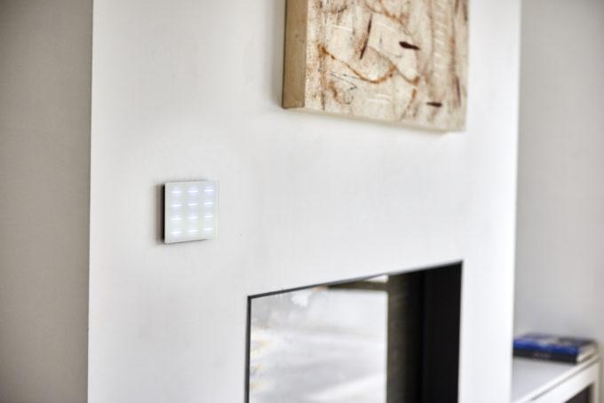 bouton tactile DPBR06 blanc sur un mur