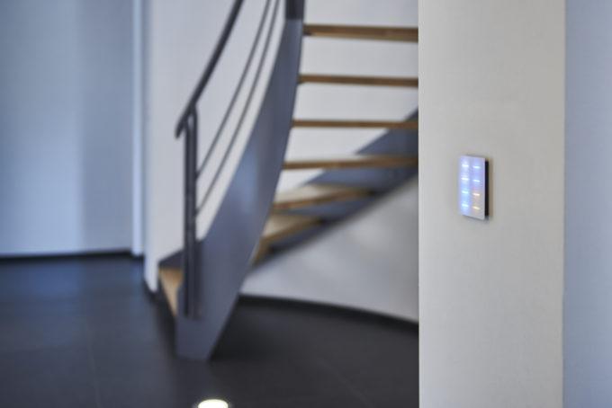 bouton tactile DPBR04 couleurs dans escalier design