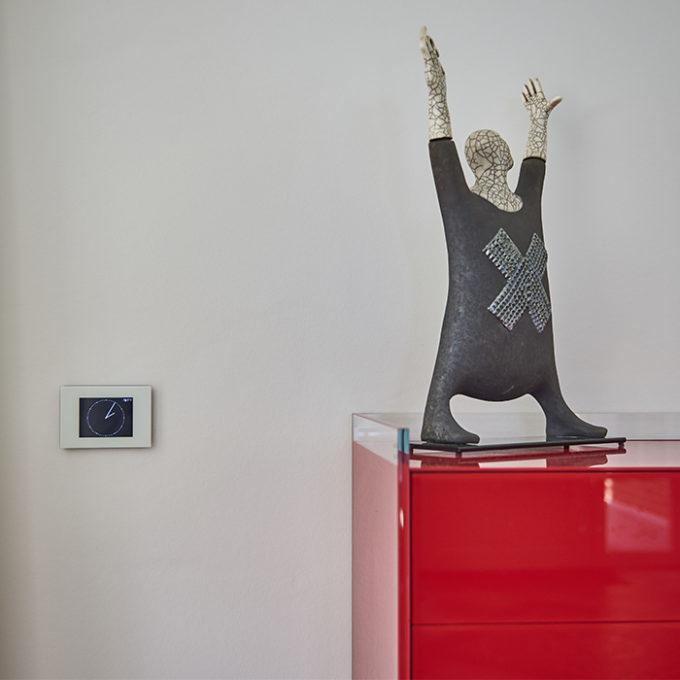 écran tactile DPBRLCD dans un intérieur design avec une statuette