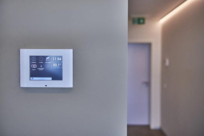 écran de contrôle DTSC04 blanc sur un mur