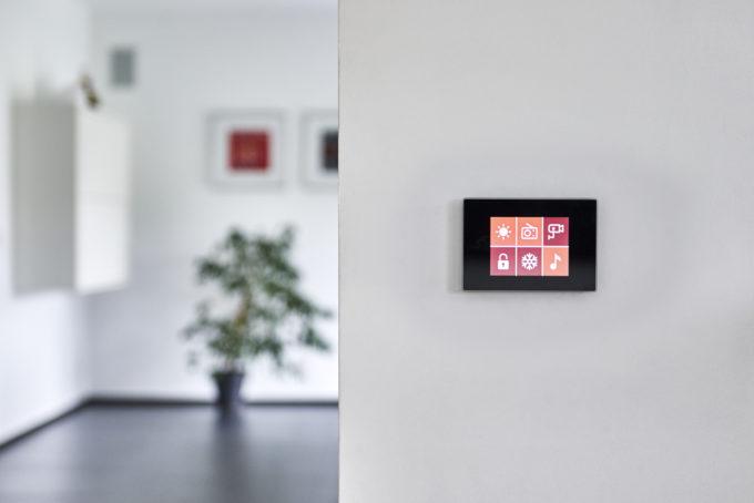 écran tactile DPBRLCD01 dans un intérieur de maison design