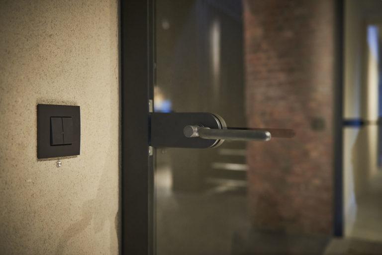 bouton-poussoir design sur un mur de Stokers