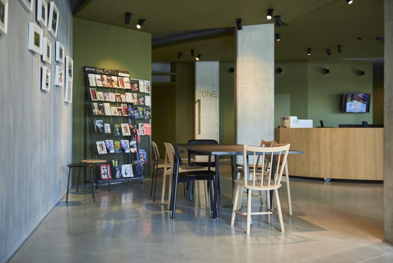 table de lecteure à l'intérieur de la Bibliothèque de Boom