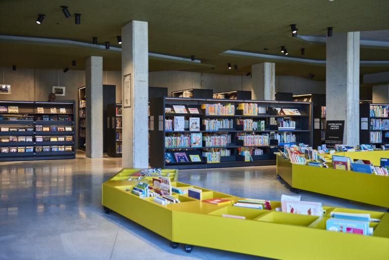 bacs de livres de la bibliothèque de Boom