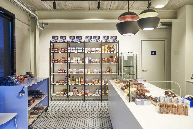étagères d'un magasin avec biscuits et chocolats