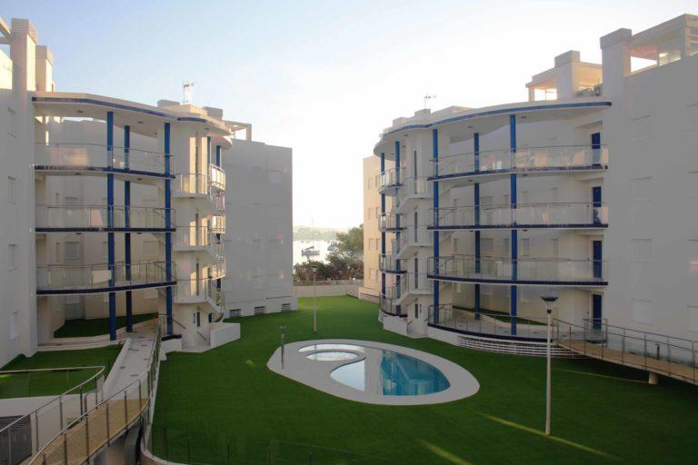 immeubles à appartements avec piscine centrale