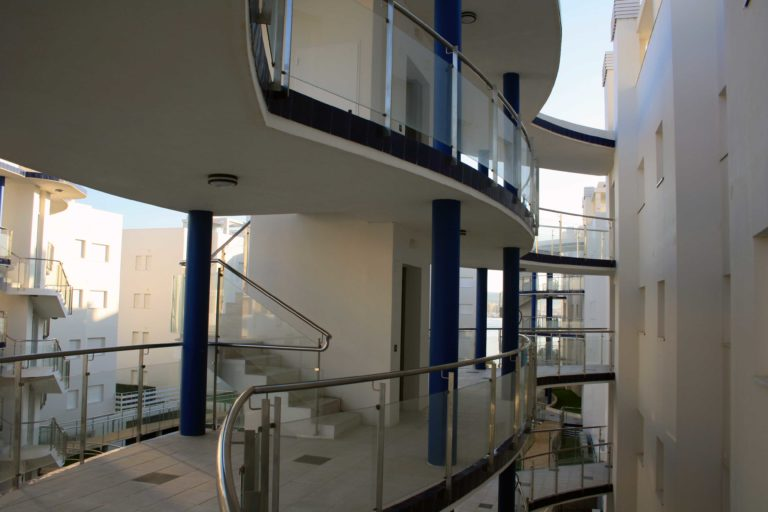 étages d'immeuble et escaliers