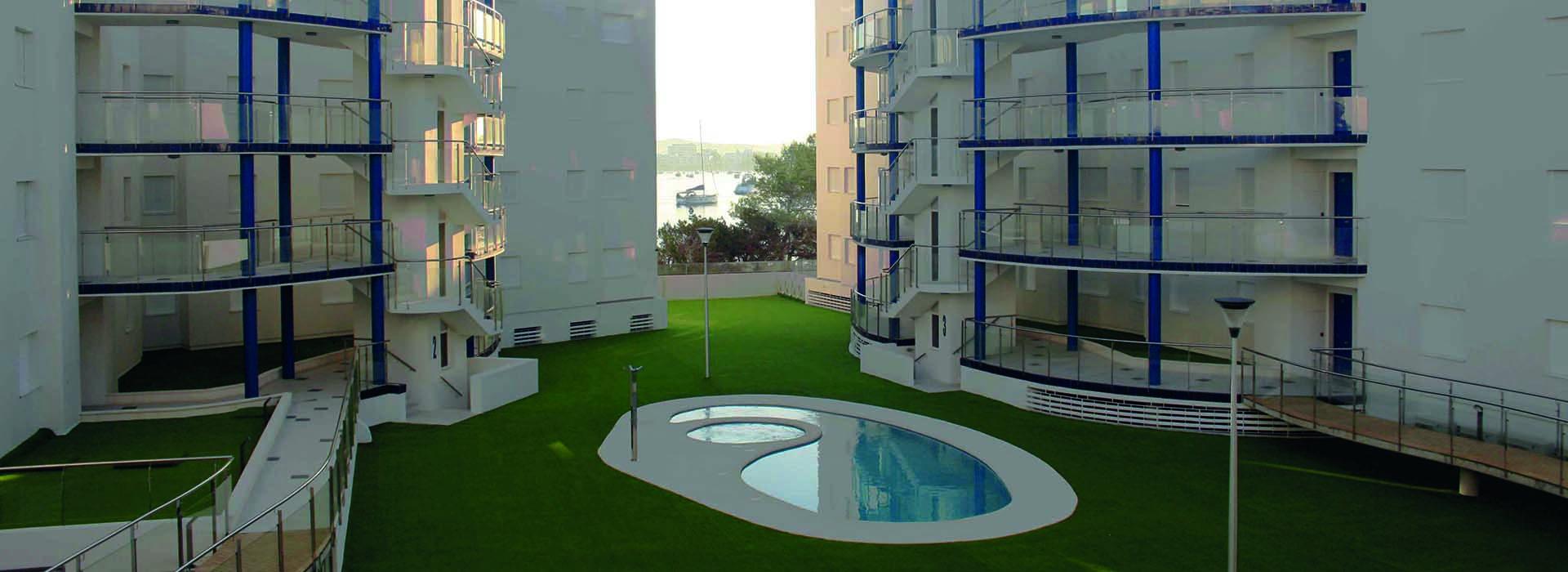 Immeubles à appartements dans une belle résidence avec une piscine au milieu.