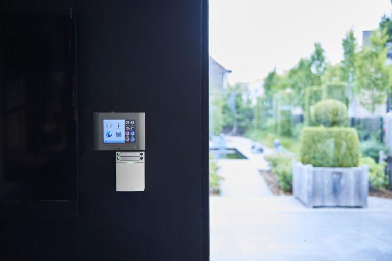 écran de contrôle domotique DTSC04 sur un mur de la galerie HOres de Sint-Pieters-leeuw