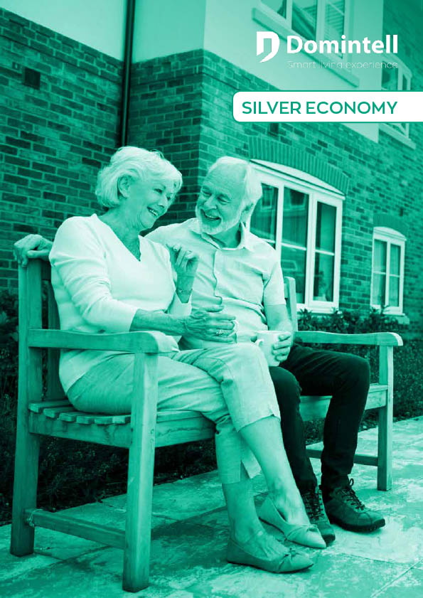 deux personnes âgées souriant assises sur un banc