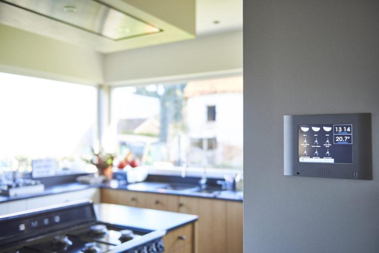 Ecran tactile DTSC04 dans la cuisine design du B&B Hof ter Kouter à Dworp