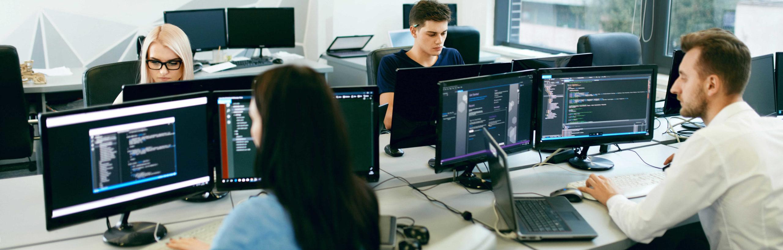équipe de programmeurs travaillant ssur leurs ordinateurs